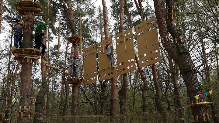 """Веревочный парк """"Активна країна"""" в Голосеевском парке: дети проходят маршрут за 150 грн"""