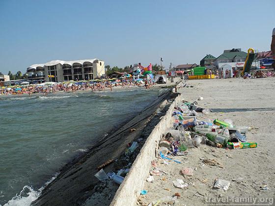 На пляжах Залізного Порта за місце під грибком вже вимагають купу грошей: а сервісом і не пахне